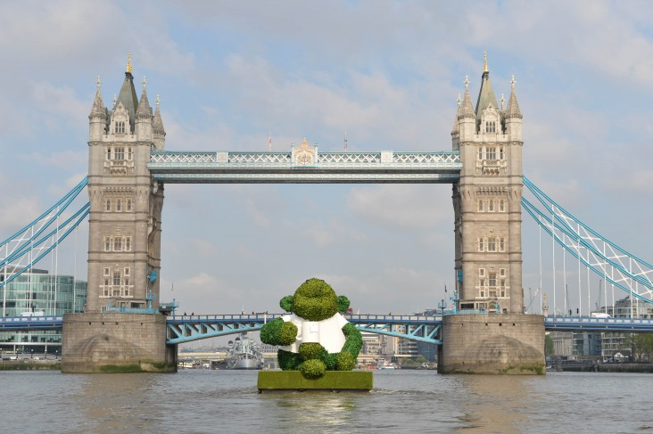 PG TIPS GREEN TEA ENERGISES LONDON WITH A GIANT FLOATING GREEN MONKEY 4