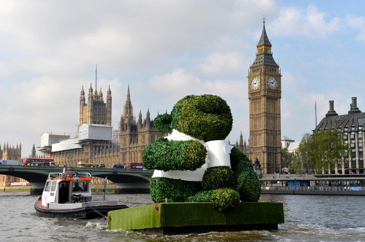 PG TIPS GREEN TEA ENERGISES LONDON WITH A GIANT FLOATING GREEN MONKEY 5