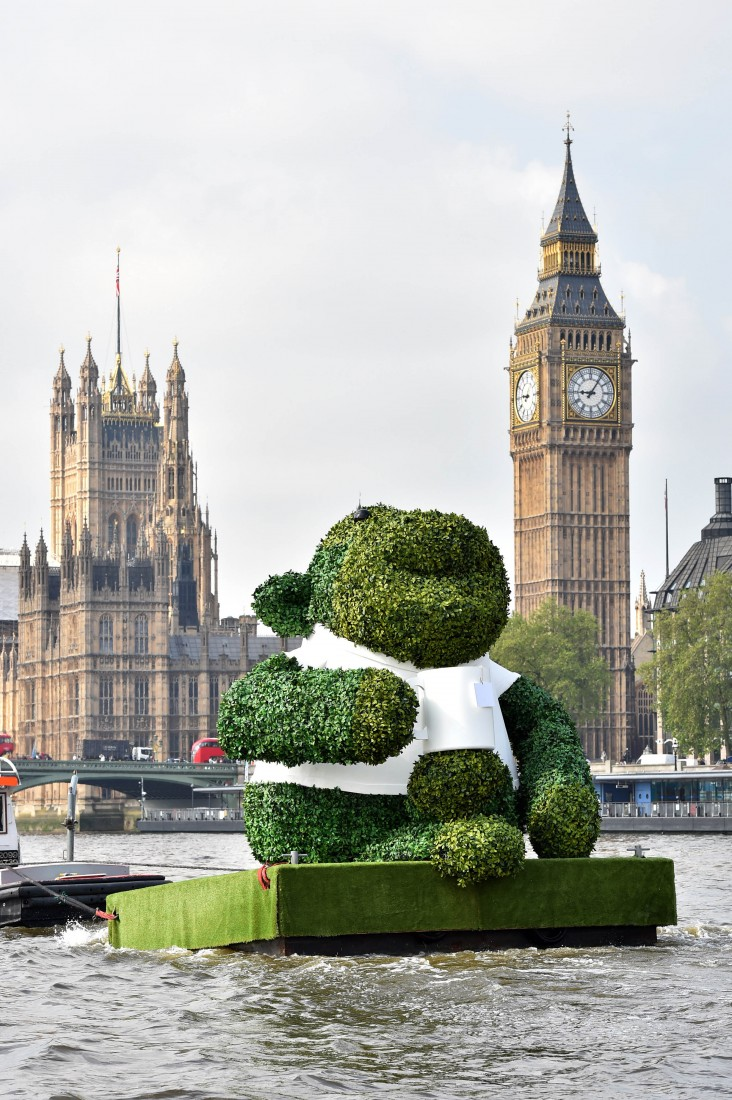 PG TIPS GREEN TEA ENERGISES LONDON WITH A GIANT FLOATING GREEN MONKEY 6
