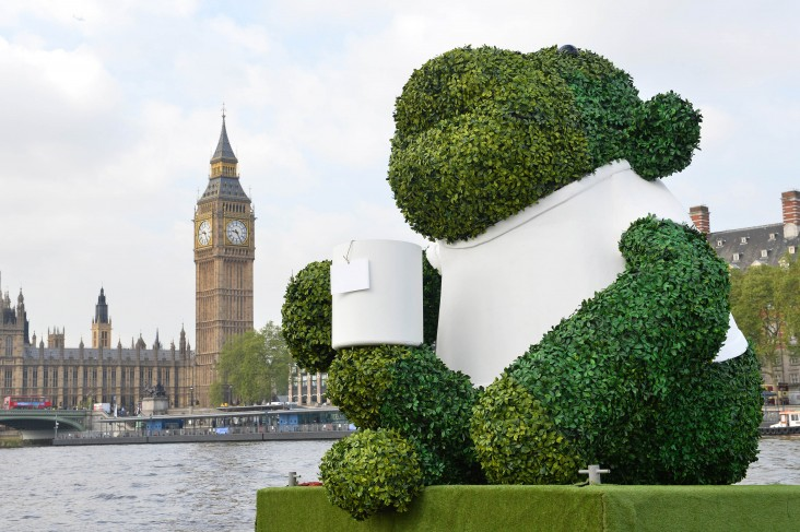 PG TIPS GREEN TEA ENERGISES LONDON WITH A GIANT FLOATING GREEN MONKEY 7